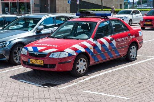Hier zie je Brandweer zuid Holland zuid (Dordrecht) × met een Mazda 323, opgebouwd voor personenvervoer.
