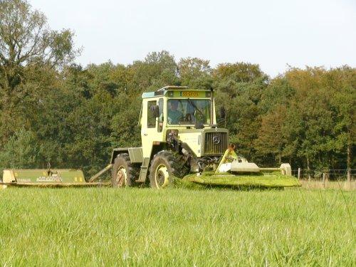 Foto van een MB Trac 900, bezig met gras maaien. Voor de eerste keer de frontmaaier ervoor.. Geplaatst door joop2 op 25-09-2011 om 11:21:04, met 22 reacties.