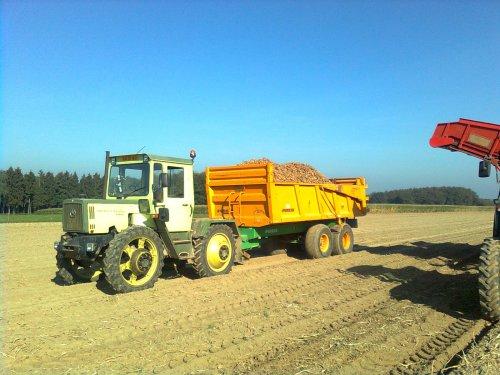 Foto van een MB Trac 900, bezig met aardappels rooien.. Geplaatst door zuid-limburger op 05-10-2011 om 20:59:01, op TractorFan.nl - de nummer 1 tractor foto website.
