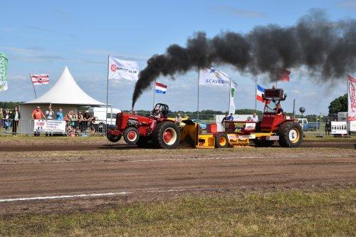 Foto van een Mc-Cormick aan het slepen in schoonebeek 2017. Geplaatst door Teusvdmel op 06-06-2017 om 22:09:36, op TractorFan.nl - de nummer 1 tractor foto website.