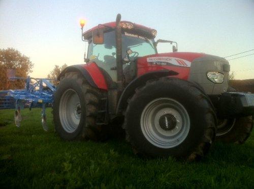 Op deze foto is Lieromat Machinery (Lierde) × actief met een Mc-Cormick X70.80. met lemken scoeper. Geplaatst door wouter-de-raeve op 27-08-2017 om 20:47:23, op TractorFan.nl - de nummer 1 tractor foto website.