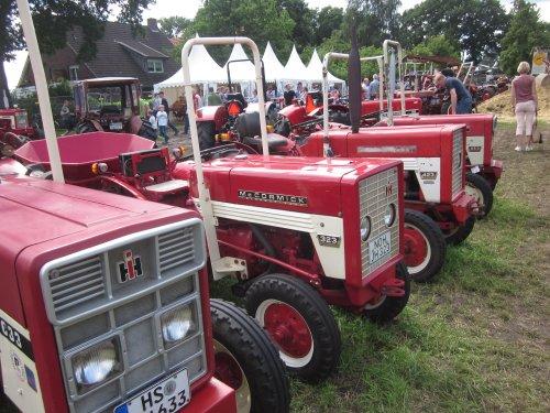 Foto van een Mc-Cormick 323. Geplaatst door jordi 1455 op 09-12-2017 om 22:19:51, op TractorFan.nl - de nummer 1 tractor foto website.
