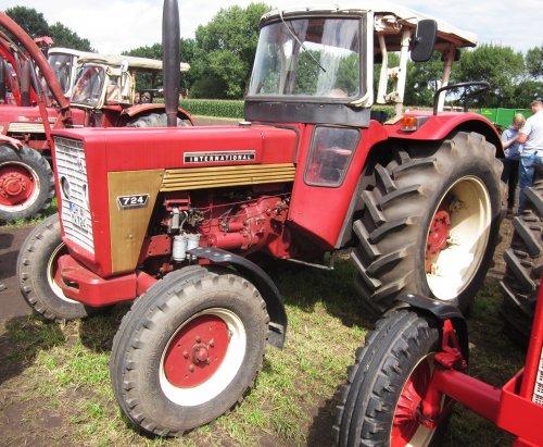 Foto van een Mc-Cormick 724. Geplaatst door jordi 1455 op 10-12-2017 om 19:28:50, op TractorFan.nl - de nummer 1 tractor foto website.
