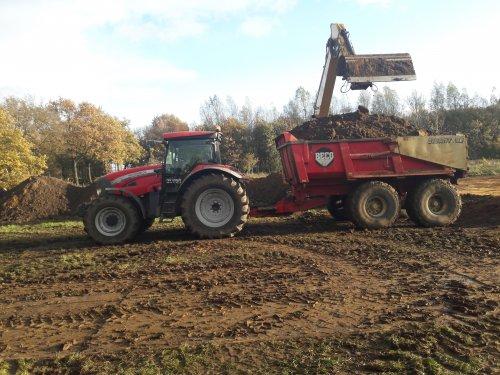 C.w.v. Lievelde aan het dumperen met een Mc-Cormick XTX 185.. Geplaatst door BradBoschker op 16-01-2018 om 14:31:23, op TractorFan.nl - de nummer 1 tractor foto website.