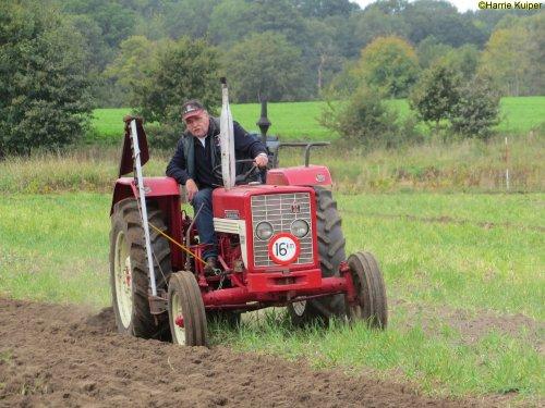 Foto van een Mc-Cormick 323  , ploegen op 29-09-2018 in Vlagtwedde. Organisator stichting Bovem. Geplaatst door oldtimergek op 07-10-2018 om 00:13:15, op TractorFan.nl - de nummer 1 tractor foto website.