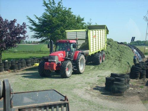 Foto van een Mc-Cormick MTX 140, bezig met gras inkuilen... Geplaatst door mxpower op 15-05-2008 om 17:56:22, op TractorFan.nl - de nummer 1 tractor foto website.