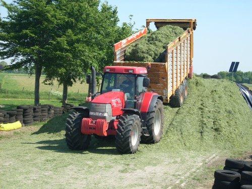 Foto van een Mc-Cormick MTX 140, bezig met gras inkuilen.. Geplaatst door mxpower op 15-05-2008 om 17:59:57, met 4 reacties.