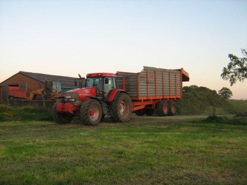Foto van een Mc-Cormick MTX 200, bezig met gras hakselen.. Geplaatst door case mx170 op 25-05-2008 om 00:25:06, op TractorFan.nl - de nummer 1 tractor foto website.