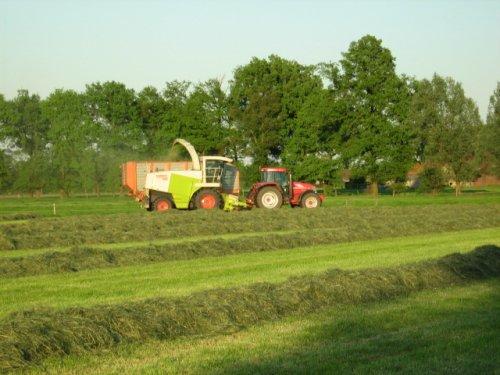 Foto van een Mc-Cormick MTX 200, bezig met gras hakselen.. Geplaatst door case mx170 op 25-05-2008 om 00:25:14, op TractorFan.nl - de nummer 1 tractor foto website.