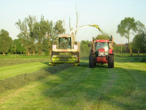 Foto van een Mc-Cormick MTX 200, bezig met gras hakselen.. Geplaatst door case mx170 op 25-05-2008 om 00:25:17, op TractorFan.nl - de nummer 1 tractor foto website.