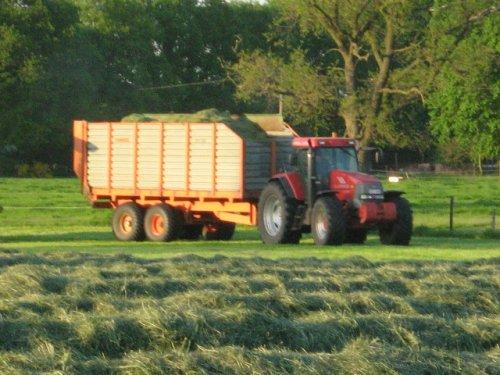 Foto van een Mc-Cormick MTX 200, bezig met gras hakselen.. Geplaatst door case mx170 op 25-05-2008 om 00:25:24, op TractorFan.nl - de nummer 1 tractor foto website.