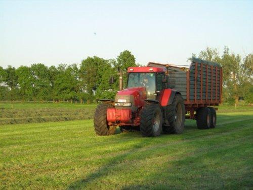 Foto van een Mc-Cormick MTX 200, bezig met gras hakselen.. Geplaatst door case mx170 op 25-05-2008 om 00:25:27, op TractorFan.nl - de nummer 1 tractor foto website.