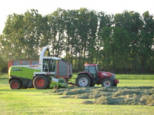 Foto van een Mc-Cormick MTX 200, bezig met gras hakselen.. Geplaatst door case mx170 op 25-05-2008 om 00:25:30, op TractorFan.nl - de nummer 1 tractor foto website.
