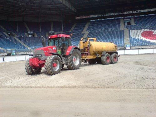 water rijden op de nieuwe laag zand in het stadion. Geplaatst door MaartenMandemaker op 29-05-2008 om 21:55:07, met 26 reacties.