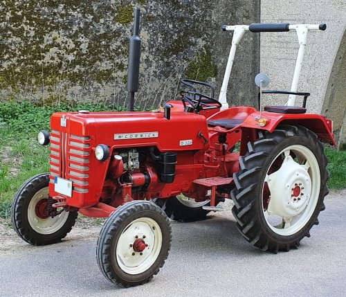 Picture of a McCormick IH D-326. Geplaatst door otto-normalverbraucher op 18-04-2020 om 22:55:41, op TractorFan.nl - de nummer 1 tractor foto website.