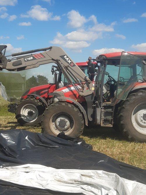 Foto van een Mc-Cormick MC 130 het was gisteren rode neuzendag op de boerderij 😅 moet soms nog wennen aan de kleurenswitch 🙈
