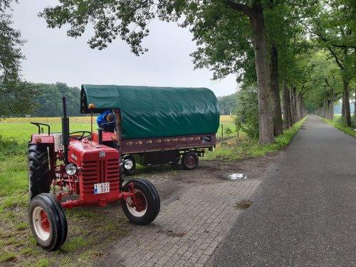 Foto van een Mc-Cormick D 439, op reis met de woonwagen. Geplaatst door tffkab op 20-07-2020 om 17:32:25, op TractorFan.nl - de nummer 1 tractor foto website.