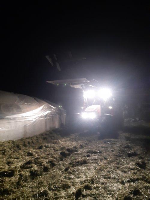 Foto van een Mc-Cormick MC 130 inkuilen by night planning v loonbedrijf liep nt 100÷ nog 1 karretje en dan pitten 💪