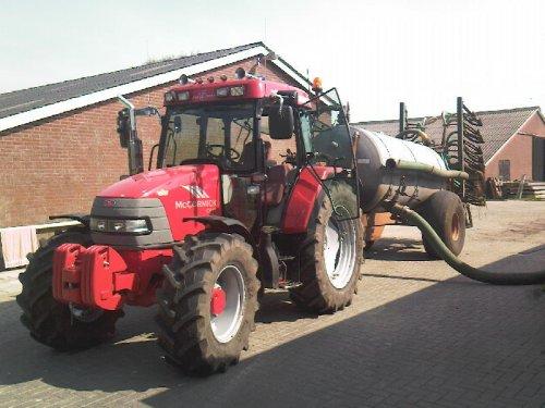 Foto van een Mc-Cormick CX 95, bezig met bemesten.. Geplaatst door mc cormick rijder op 16-08-2008 om 18:16:49, op TractorFan.nl - de nummer 1 tractor foto website.