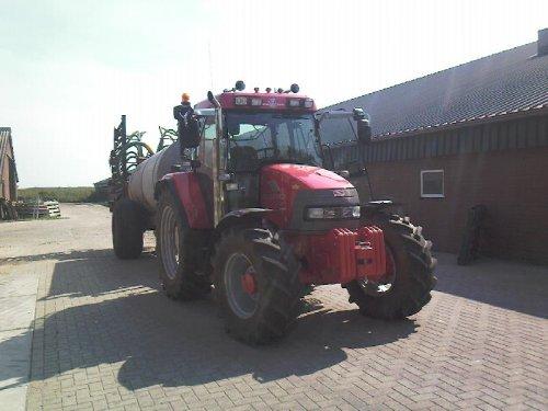Foto van een Mc-Cormick CX 95, bezig met bemesten.. Geplaatst door mc cormick rijder op 16-08-2008 om 18:16:51, op TractorFan.nl - de nummer 1 tractor foto website.
