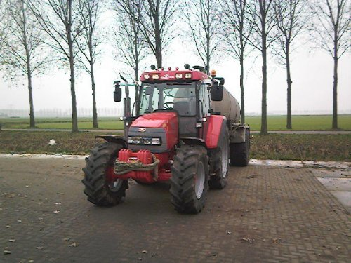 Foto van een Mc-Cormick CX 95, bezig met bemesten.. Geplaatst door mc cormick rijder op 17-11-2008 om 20:51:34, op TractorFan.nl - de nummer 1 tractor foto website.