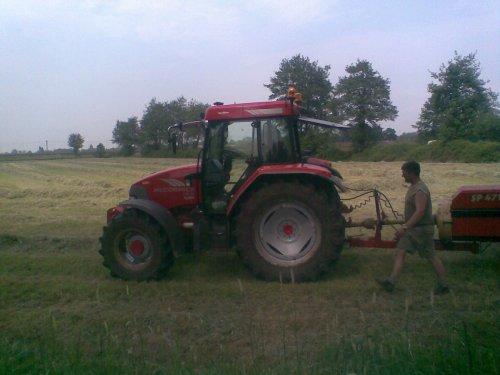 is dezelfde als deze http://www.tractorfan.nl/picture/166151/ want deze heeft ook gechromeerde spiegelsteunen