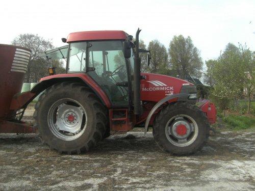 Foto van een Mc-Cormick CX 95, bezig met voeren.. Geplaatst door international956 op 16-04-2009 om 22:12:22, op TractorFan.nl - de nummer 1 tractor foto website.
