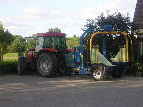 Foto van een Mc-Cormick CX 85 xtra shift, met wikkelaar, bezig met poseren.. Geplaatst door mc hoekstra op 24-01-2010 om 14:21:09, op TractorFan.nl - de nummer 1 tractor foto website.