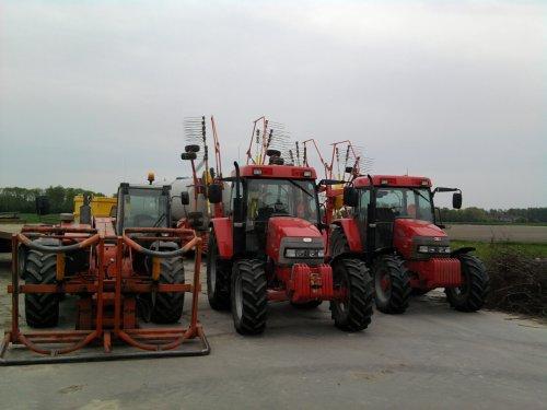 Foto van een Mc-Cormick 2x CX 85 xtra shift, en een manitou, bezig met poseren.. Geplaatst door mc hoekstra op 29-05-2010 om 18:32:41, op TractorFan.nl - de nummer 1 tractor foto website.