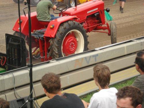 Foto van een Mc-Cormick D 326, bezig met tractorpulling.. Geplaatst door the farmer op 08-09-2010 om 20:48:44, op TractorFan.nl - de nummer 1 tractor foto website.