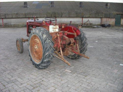 Foto van een Mc-Cormick Onbekend, bezig met poseren. Mc Cormick farmall fu235d, mooie gave tractor, te Koop