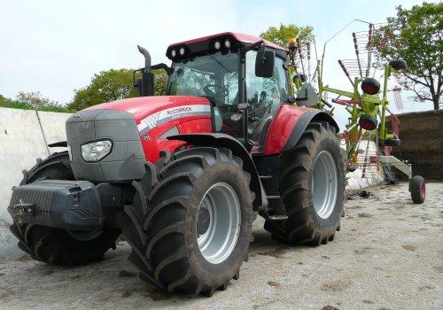 Foto van een Mc-Cormick XTX 145, bezig met gras harken.  http://www.landbouwpowers.nl. Geplaatst door ronaldclaas op 27-01-2011 om 13:31:29, met 15 reacties.