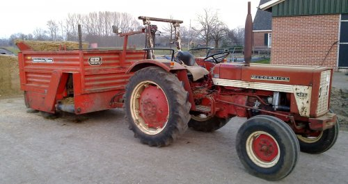 Foto van een Mc-Cormick 423, bezig met voeren. onze voer combie.. Geplaatst door wibe op 24-02-2011 om 18:26:29, met 18 reacties.