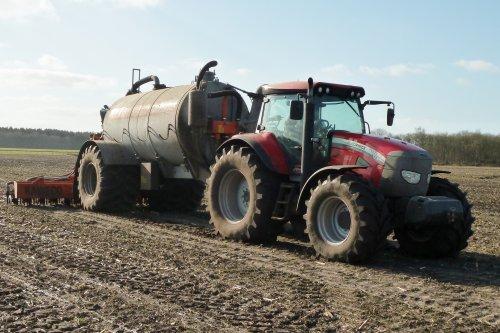 Foto van een Mc-Cormick XTX 145, bezig met bemesten.  Meer op: http://www.landbouwpowers.nl. Geplaatst door ronaldclaas op 05-03-2011 om 18:07:52, met 2 reacties.