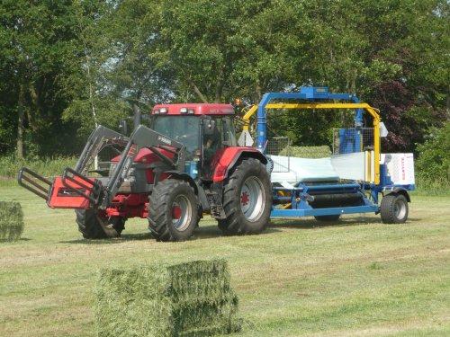 Mc-Cormick MTX 140 met Göweil pakken wikkelaar van loonbedrijf Huismans.  Meer op: http://www.landbouwpowers.nl