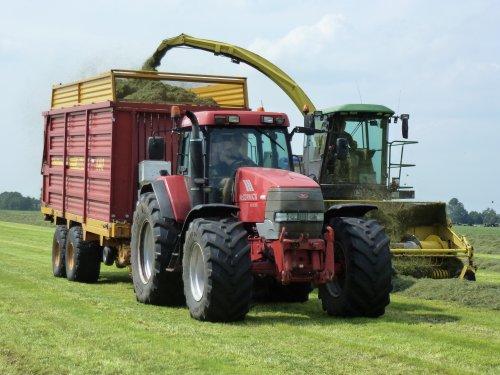 Loonbedrijf Huismans aan het gras hakselen.  Binnenkort meer op: http://www.landbouwpowers.nl. Geplaatst door ronaldclaas op 02-08-2011 om 23:13:58, op TractorFan.nl - de nummer 1 tractor foto website.