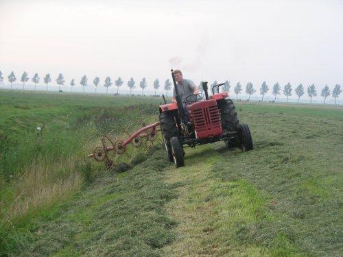 Foto van een Mc-Cormick D 439, bezig met gras harken.. Geplaatst door deutz110 op 21-08-2011 om 21:44:54, met 5 reacties.