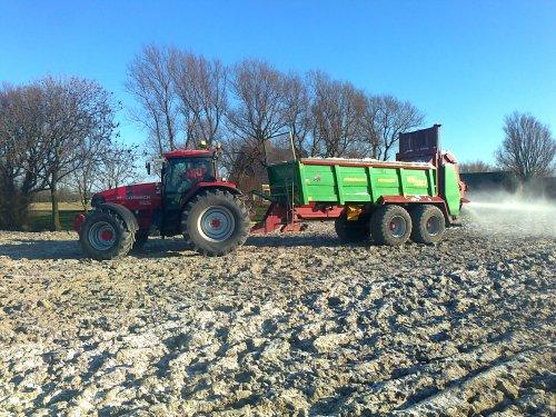 Foto van een Mc-Cormick XTX 200, bezig met gips bemesten over de vorst.. Geplaatst door Kukel op 02-02-2012 om 18:01:55, op TractorFan.nl - de nummer 1 tractor foto website.