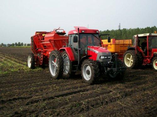 Foto van een Mc-Cormick CX 95, bezig met aardappels rooien.. Geplaatst door ih1455 op 09-04-2012 om 18:58:15, met 4 reacties.