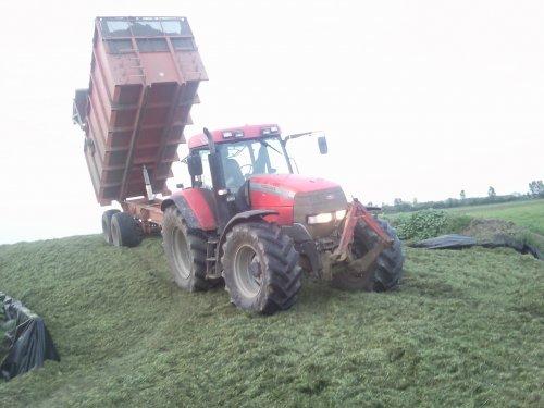 Foto van een Mc-Cormick MTX 145, bezig met gras hakselen.. Geplaatst door mennointer op 15-05-2012 om 09:00:44, met 2 reacties.