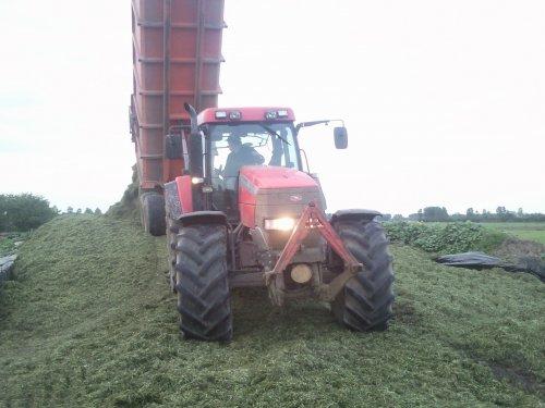 Foto van een Mc-Cormick MTX 145, bezig met gras hakselen.. Geplaatst door mennointer op 15-05-2012 om 09:01:07, met 3 reacties.