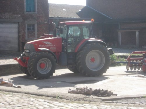Foto van een Mc-Cormick XTX 200  de grootste trekker van de boer waar ik verblijf voor mijn vakantiejob, in walonie
