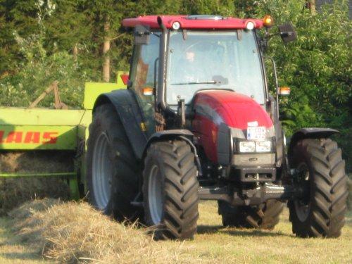 Foto van een Mc-Cormick C-Max 100, bezig met balen persen.. Geplaatst door de Wim op 16-09-2012 om 20:05:34, op TractorFan.nl - de nummer 1 tractor foto website.
