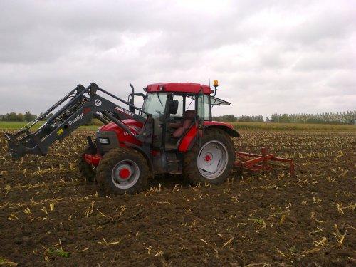 Foto van een Mc-Cormick CX 105, bezig met ploegen / eggen.. Geplaatst door benn612 op 03-10-2012 om 19:38:06, op TractorFan.nl - de nummer 1 tractor foto website.