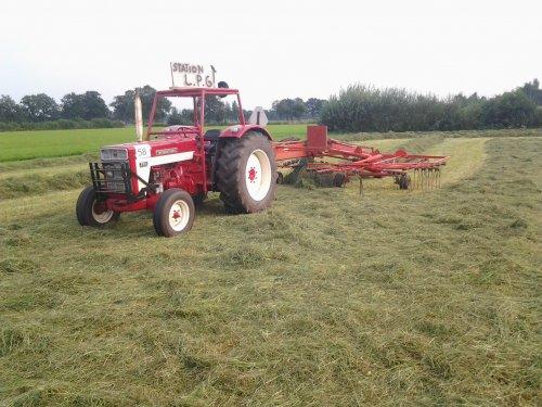 Foto van een Mc-Cormick 724, bezig met gras harken. maandags na het spektakel weekend. Geplaatst door mp-jd6620 op 12-10-2012 om 18:23:26, op TractorFan.nl - de nummer 1 tractor foto website.