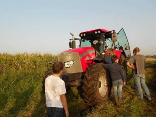 Foto van een Mc-Cormick MTX 135, bezig met maïs hakselen. bertus boes de sleep trekker. Geplaatst door rieksie23 op 22-10-2012 om 19:23:35, met 3 reacties.