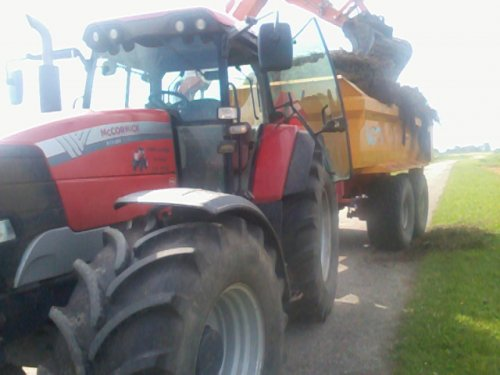 Foto van een Mc-Cormick XTX 200, bezig met dumperen. wat afvallende lading ;p. Geplaatst door mc hoekstra op 08-12-2012 om 15:01:34, op TractorFan.nl - de nummer 1 tractor foto website.