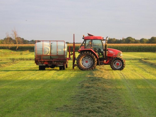 Mc-Cormick CX85 bezig met rondbalen in Nunspeet. Geplaatst door JohanNunspeetElspeet op 22-09-2007 om 02:28:10, op TractorFan.nl - de nummer 1 tractor foto website.