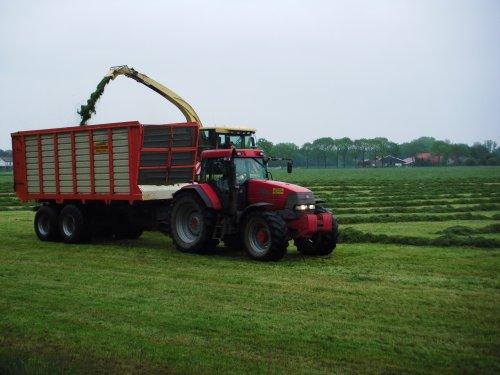 Foto van een Mc-Cormick MTX 185, bezig met gras hakselen. Loonbedrijf Zweverink uit Hengelo (Gld) in Vierakker aan het werk op 15 mei 2013.