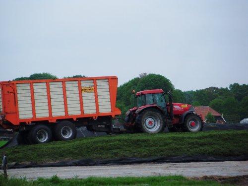 Foto van een Mc-Cormick MTX 185, bezig met gras inkuilen. Loonbedrijf Zweverink uit Hengelo (Gld) in Vierakker aan het werk op 15 mei 2013.